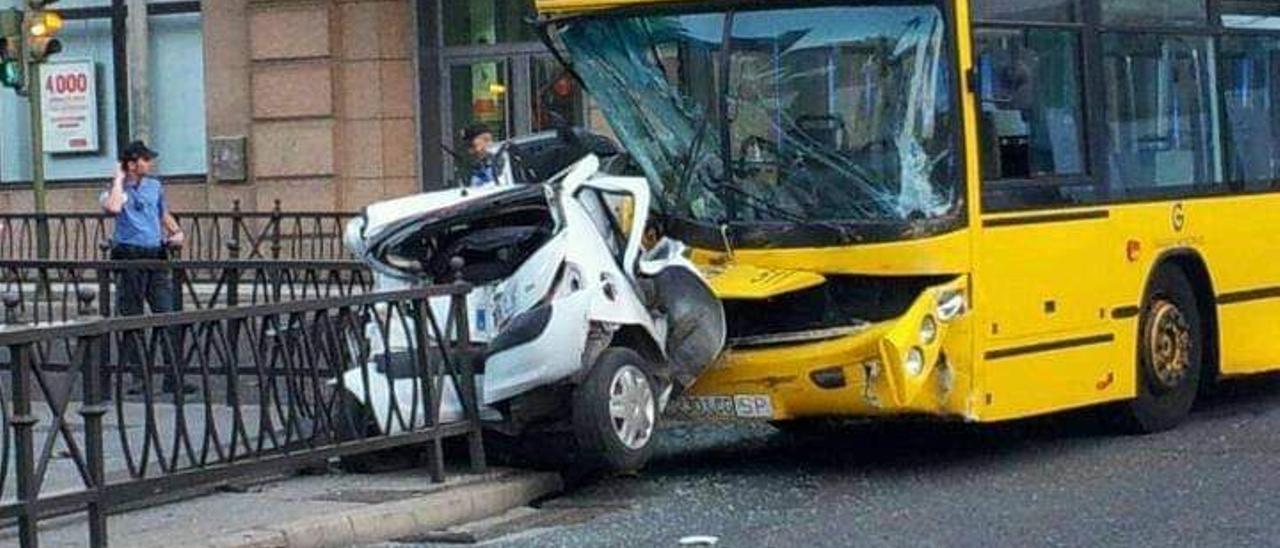 Una guagua arrolla a un coche en Las Palmas de Gran Canaria en agosto de 2012.