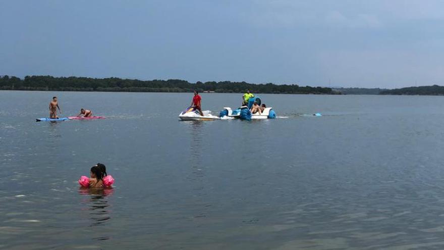 Rescatan a una familia tras volcar una barca en el embalse de Villardeciervos