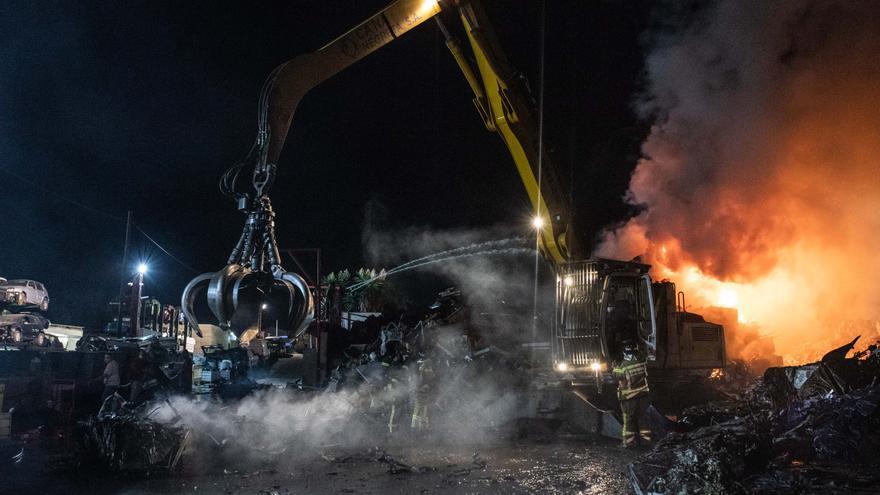 Declarado un fuego en el desguace de Ca Na Negreta