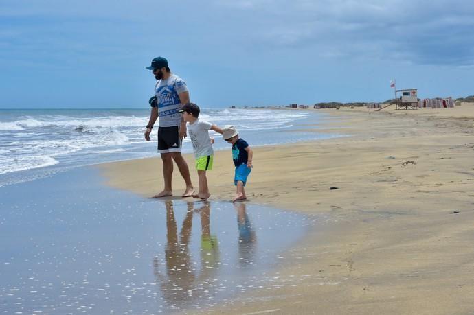 06-05-2020 SAN BARTOLOMÉ DE TIRAJANA. Niños jugando en Playa del Ingles, en el primer día que se autoriza el acceso a la playa. Fotógrafo: Andrés Cruz    06/05/2020   Fotógrafo: Andrés Cruz