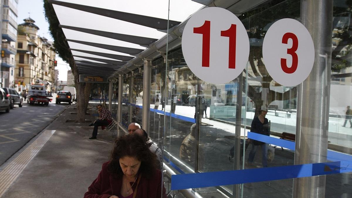 Usuarios de la EMT esperan en paradas de la Alameda.