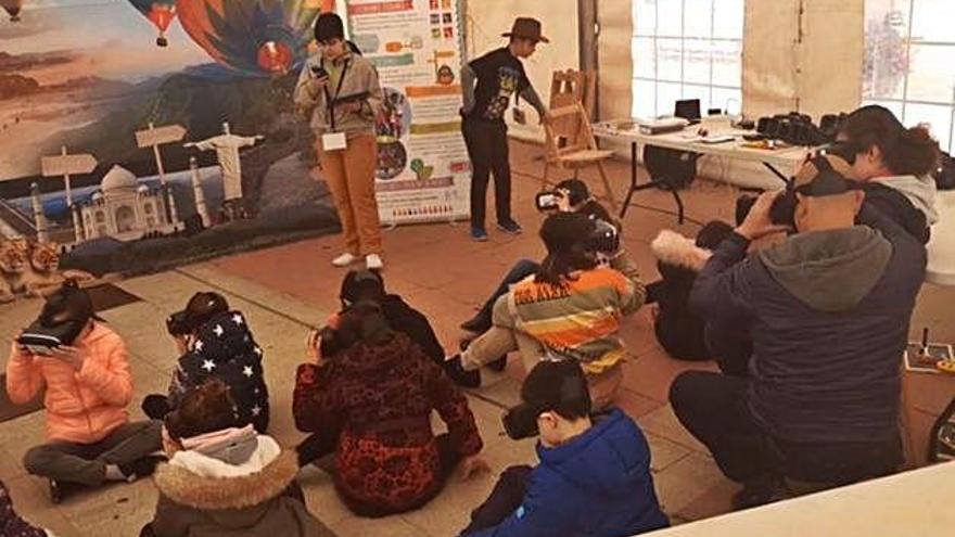 La carpa de Carnaval en Benavente acoge dos talleres de realidad virtual para el disfrute de los jóvenes
