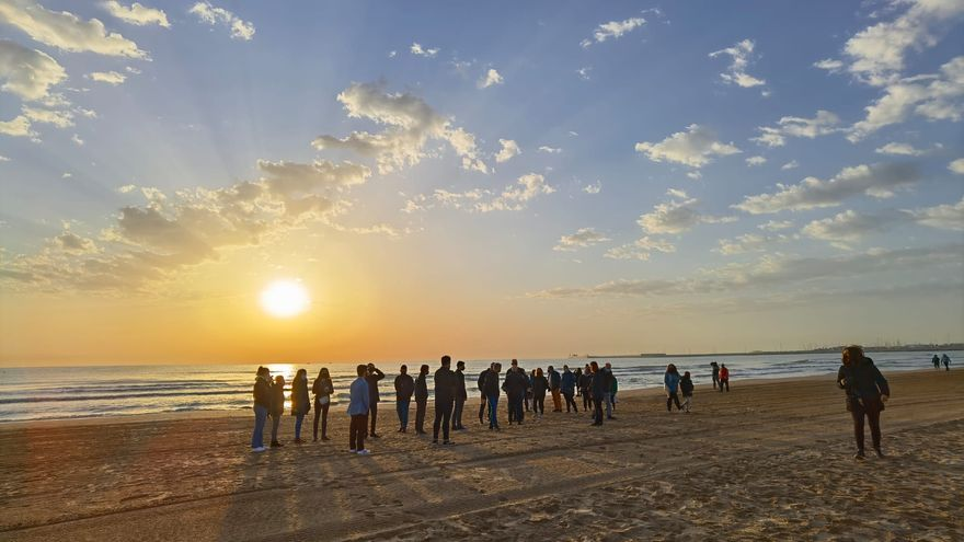 La hermandad del Cristo del Salvador acude a rezar a la playa del Cabanyal