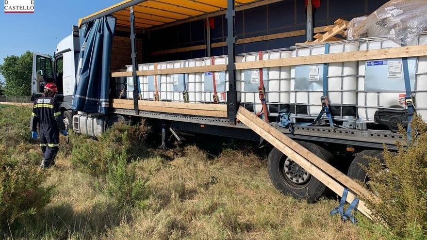 Un camión con sustancias peligrosas se sale de la vía en la AP-7 en Benicarló