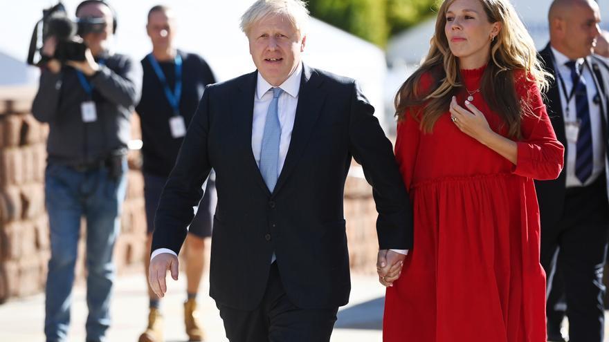 """Johnson recurre a su lado """"showman"""" para no hablar de los problemas del país"""