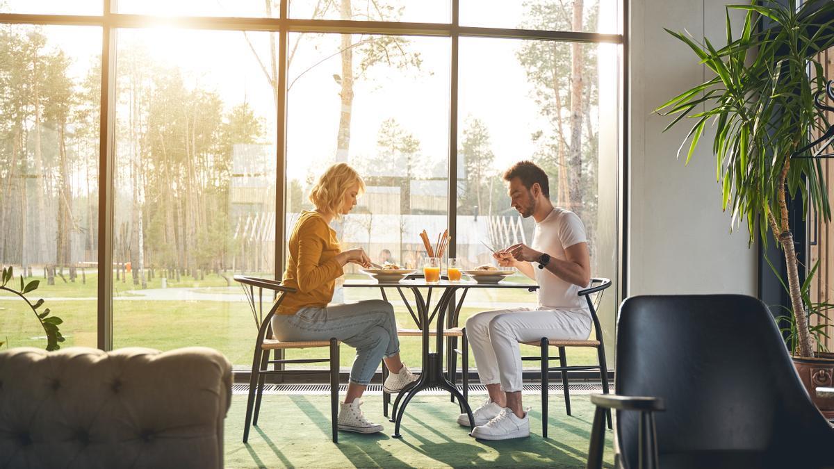 Una pareja disfruta de un menú para dos