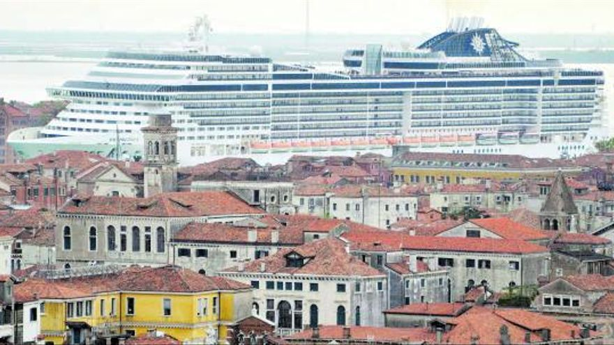 El debate sobre el turismo de cruceros atraca en València