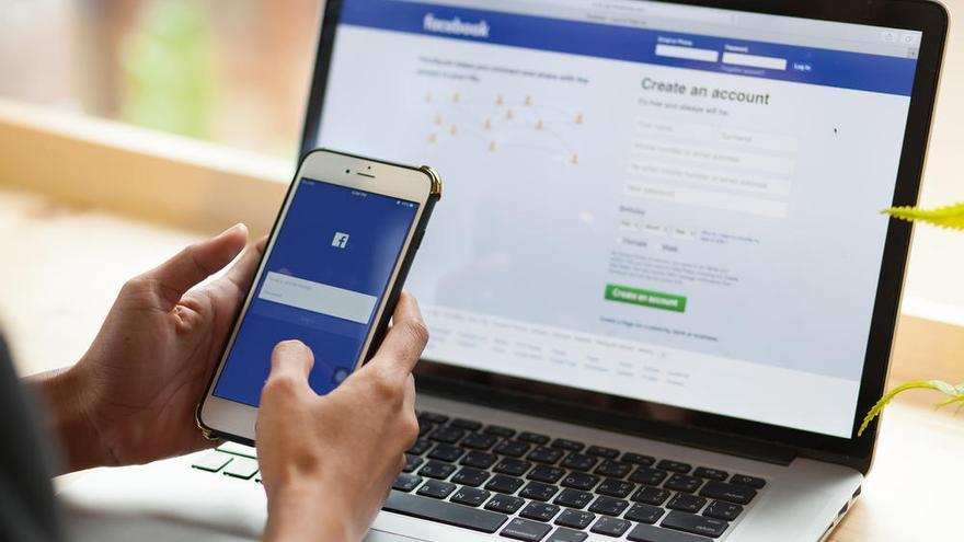 Una persona utiliza la red social Facebook.