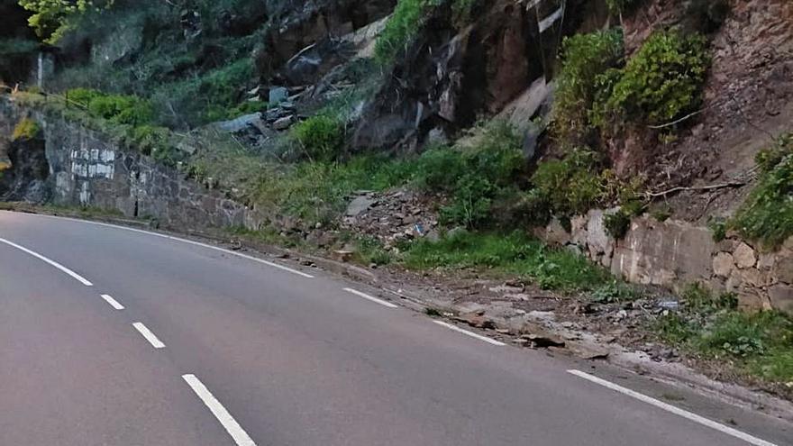 Los conductores alertan ahora de desprendimientos en la vieja carretera de Aller