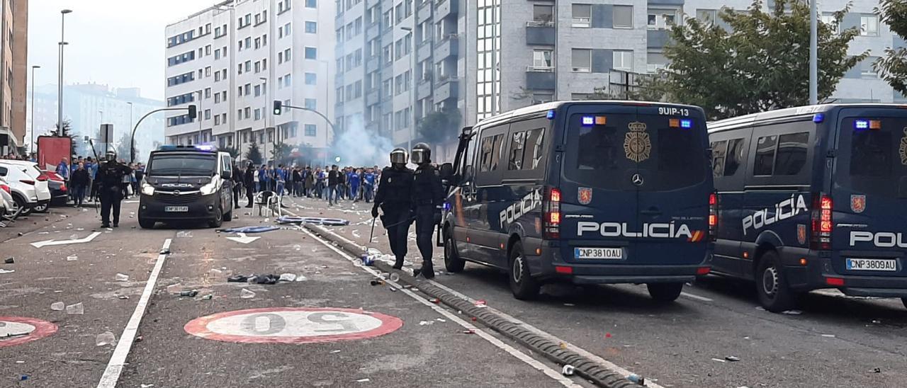 Agentes de la Policía Nacional en la calle Alejandro Casona tras los incidentes en el derbi