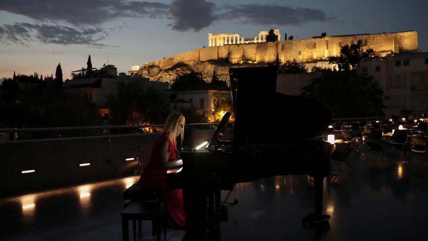 """La """"luna esturión"""" de agosto baila sobre la Acrópolis de Atenas en una noche mágica"""