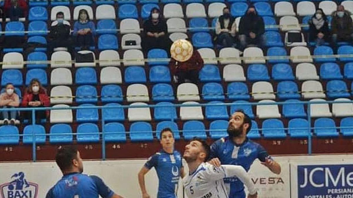 Un lance del partido jugado ayer en Ferrol entre el O Parrulo B y el Inversia A Estrada Futsal. |  // O PARRULO FS