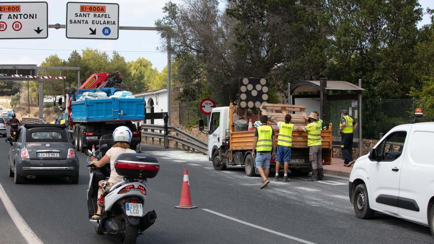 Un camión pierde su carga y provoca un corte de tráfico en la autovía de Ibiza a Sant Antoni