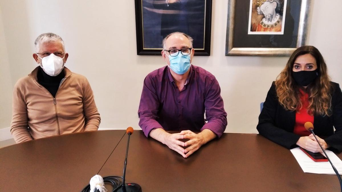 El alcalde junto al director de salud pública y la secretaria autonómica Isaura Navarro, en una comparecencia de la pasada semana