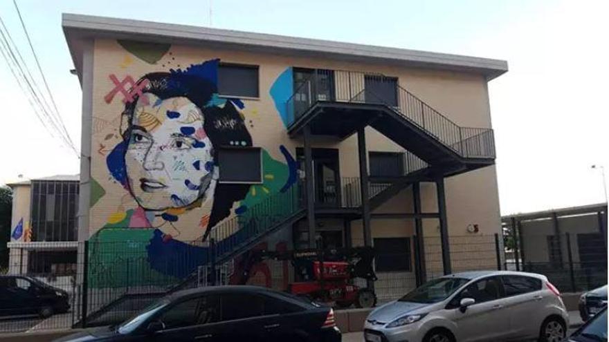 Un mural de Rosalind Franklin ilustra la fachada de un instituto de Xirivella