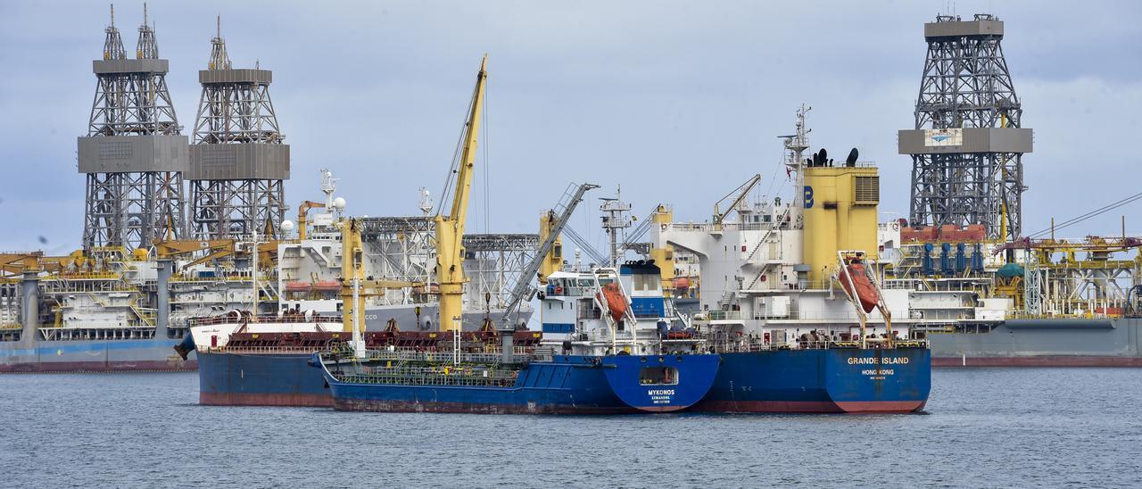 Un buque recibe combustible en fondeo en el Puerto de Las Palmas, el pasado enero.
