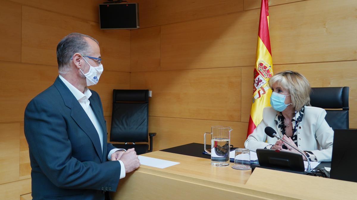Casado habla con Luis Fuentes durante su comparecencia en las Cortes.
