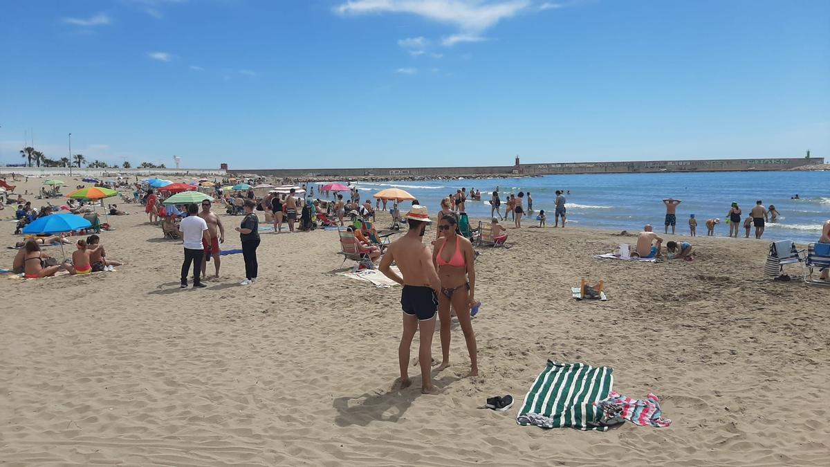 Bañistas en Benicarló, en la playa del Morrongo.