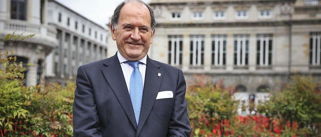 Juan Carlos Rodríguez-Ovejero, en La Escandalera, con el Campoamor al fondo. | Irma Collín
