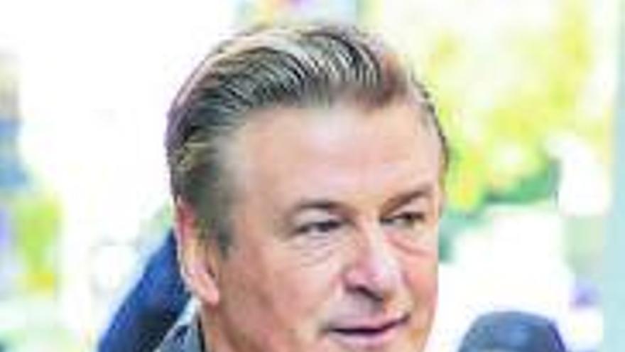 El asistente de dirección que dio el arma a Alec Baldwin, bajo sospecha tras la muerte de Hutchins