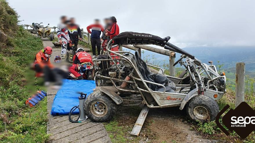Dos heridos tras caer con un buggy por un terraplén en Mieres