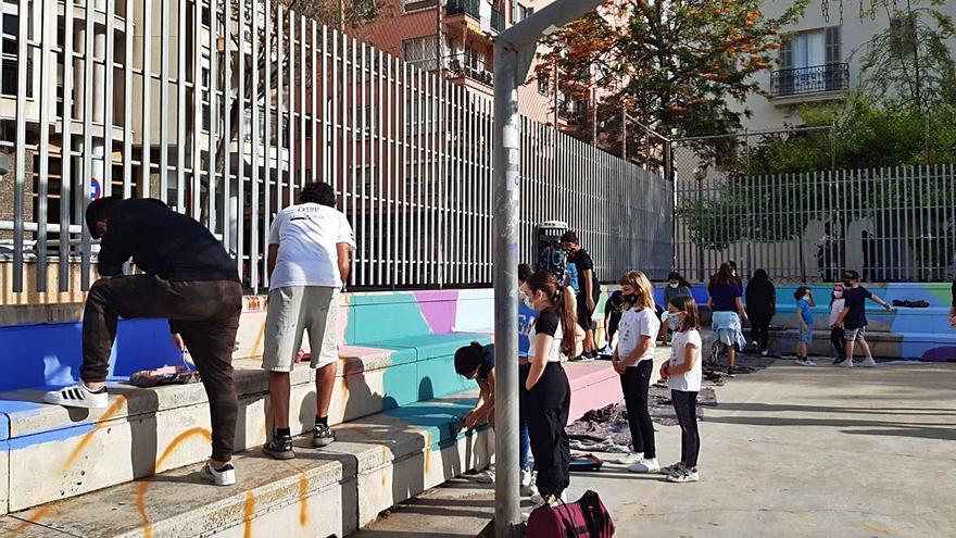 Los vecinos colorean  las pistas deportivas de la Plaça Fleming