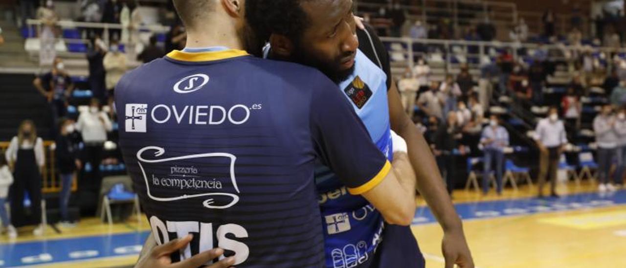 Kabasele se abraza con Marc Martí tras el último partido del play-off de ascenso ante el Leyma Coruña.   firma