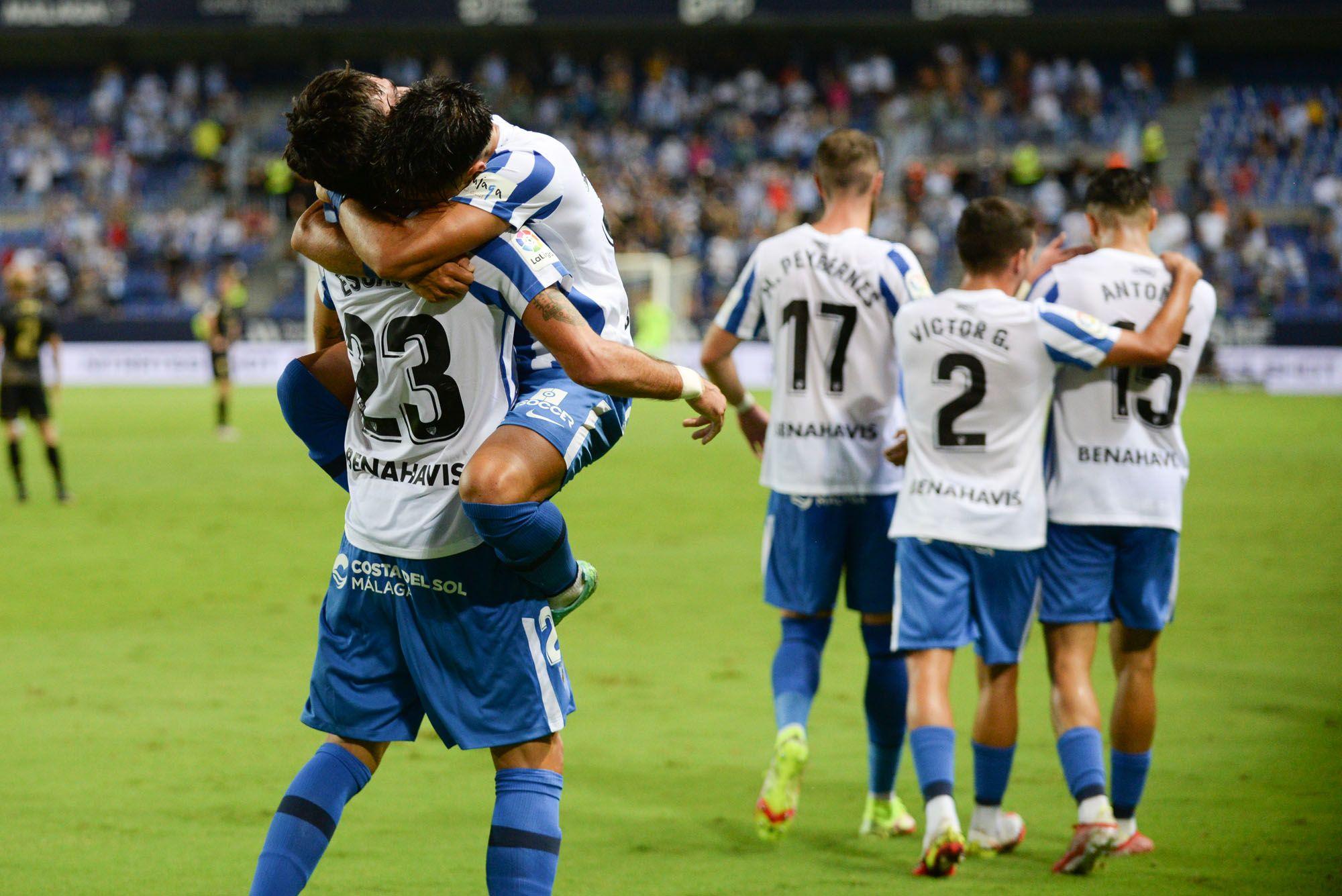 Los jugadores del Málaga CF celebran el tanto de Escassi ante el Alcorcón.