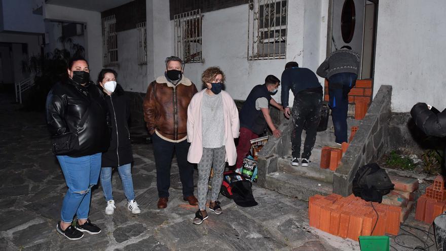 Los vecinos del Barrio de las Flores tapian por su cuenta la casa de la que desalojaron ocupas