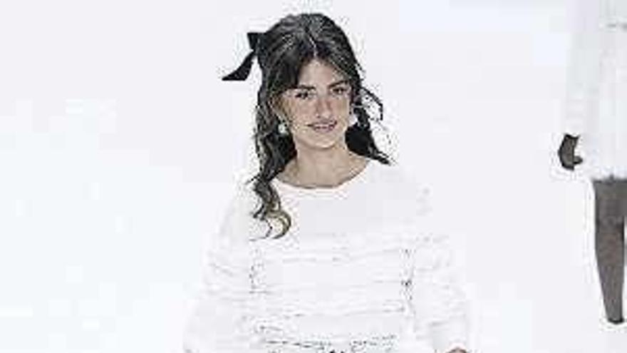 Un desfile de nieve da el último adiós de Chanel a Karl Lagerfeld en París