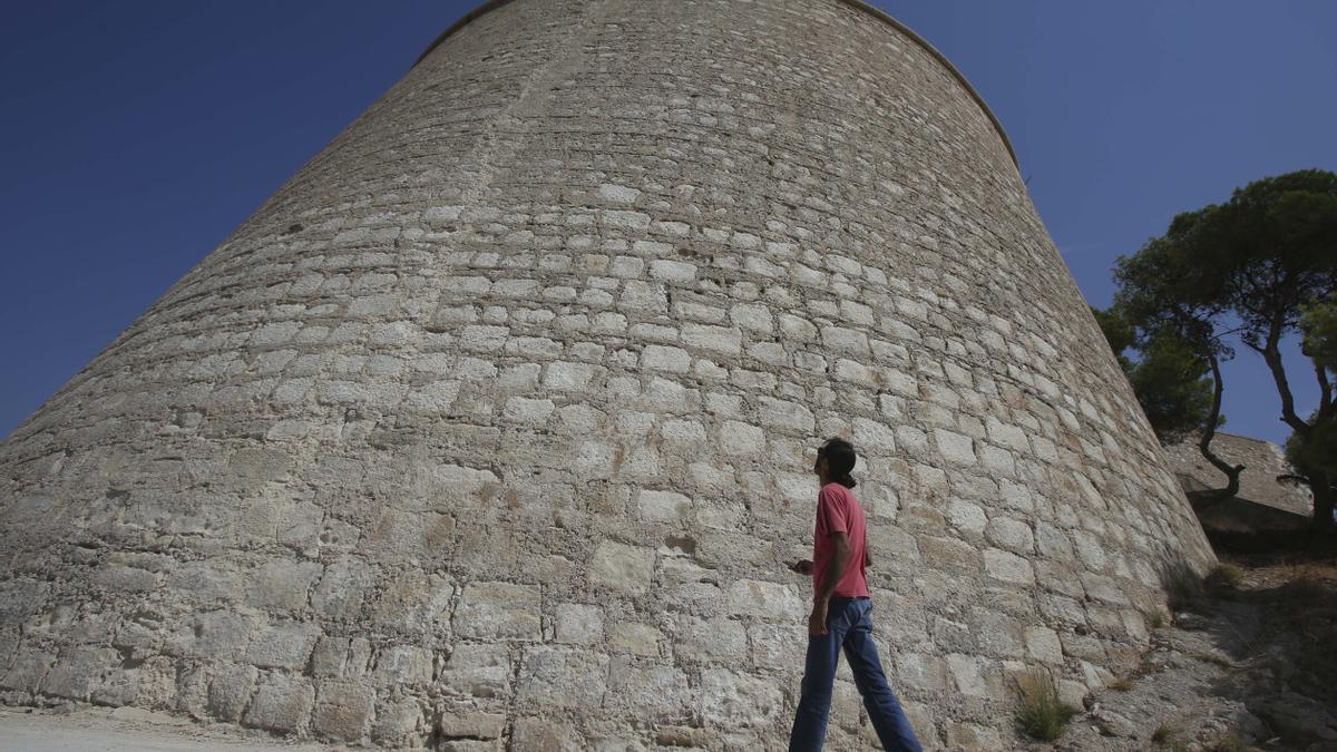 Un joven alza la vista hacia el torreón, en una imagen de la semana pasada.