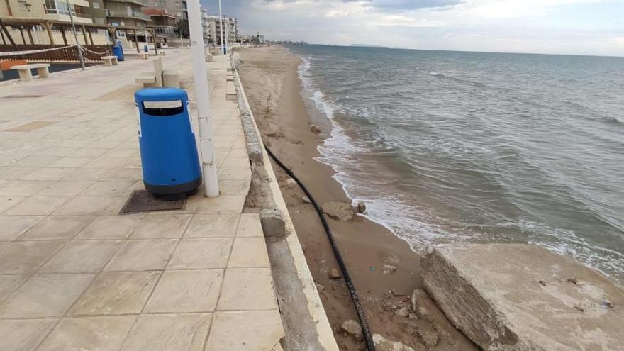 Hallan muerto en la playa de Bellreguard al alcoyano de 75 años que recogía medusas