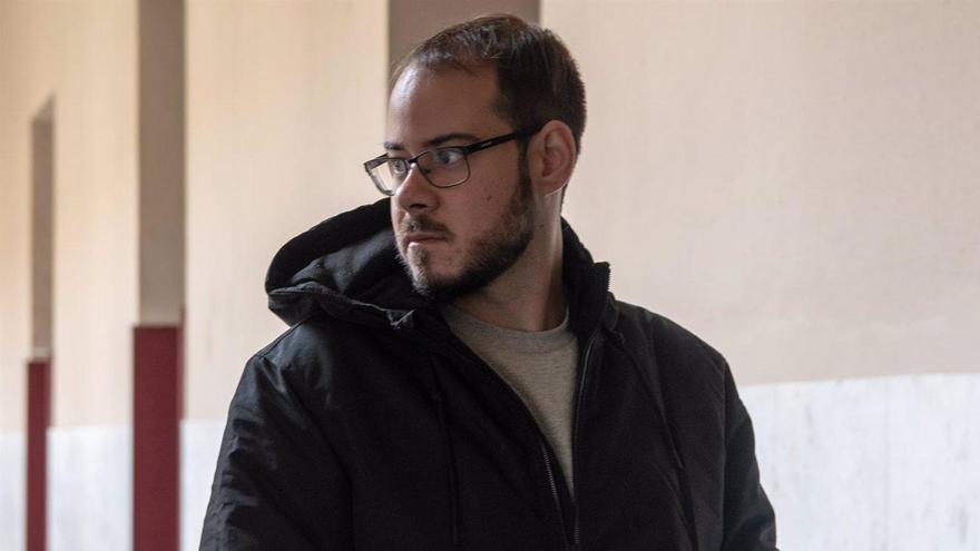 Pablo Hasél, citado a declarar por quemar una bandera de España