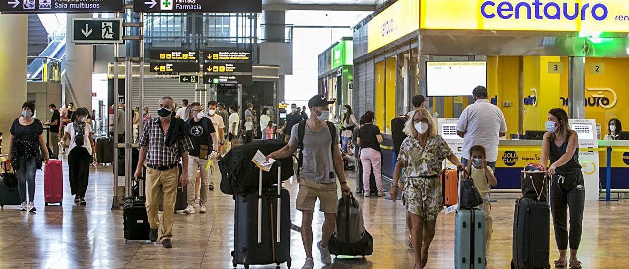 El aeropuerto de Alicante-Elche estrena la temporada alta turística con 552 vuelos hasta el domingo y 60.000 pasajeros