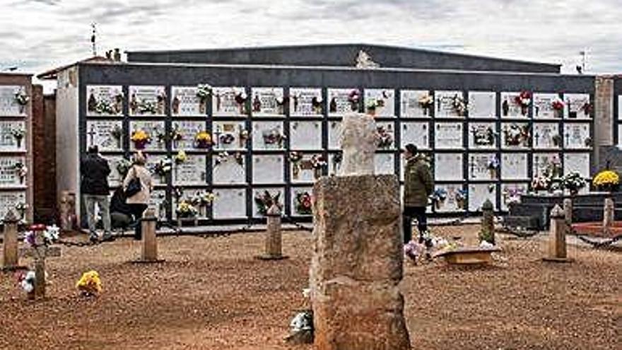 Puño instalado sobre el monolito que recuerda a las víctimas represaliadas en el cementerio benaventano.