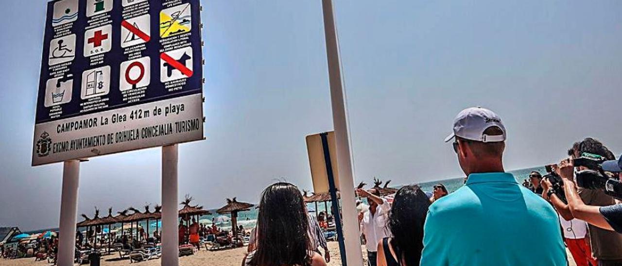 Bandera azul en la playa de Campoamor, Orihuela Costa.