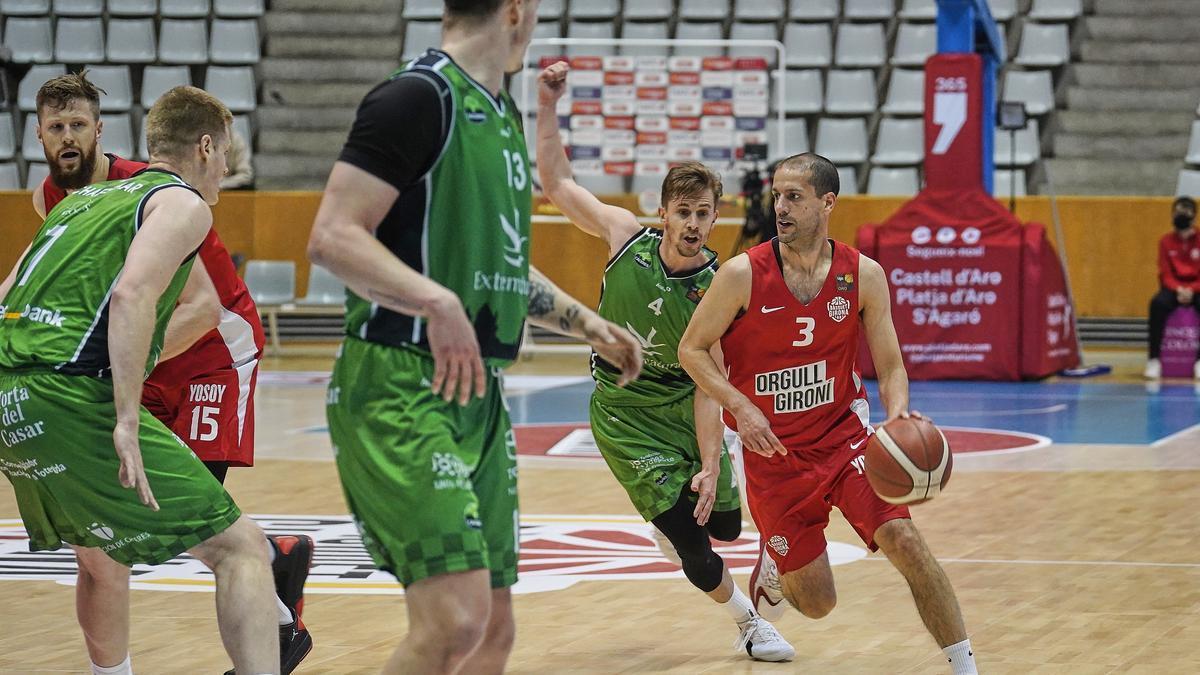 Fran Cárdenas persigue a Albert Sabat durante el partido del domingo en Girona.