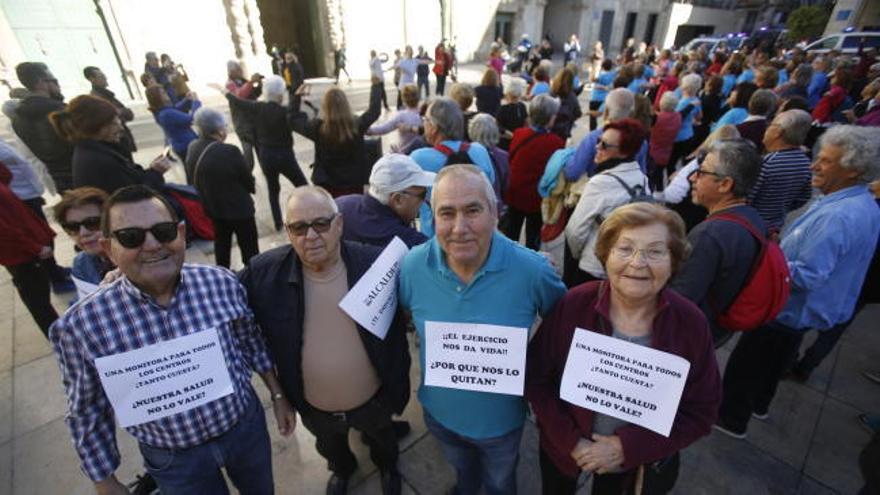 Baile en la plaza del Ayuntamiento por el cese de actividades en los centros de mayores