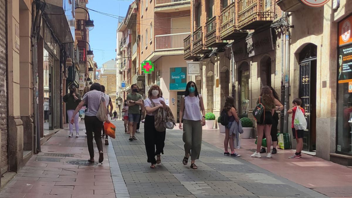 Gente por el centro de Benavente, en la calle La Rúa. / E. P.