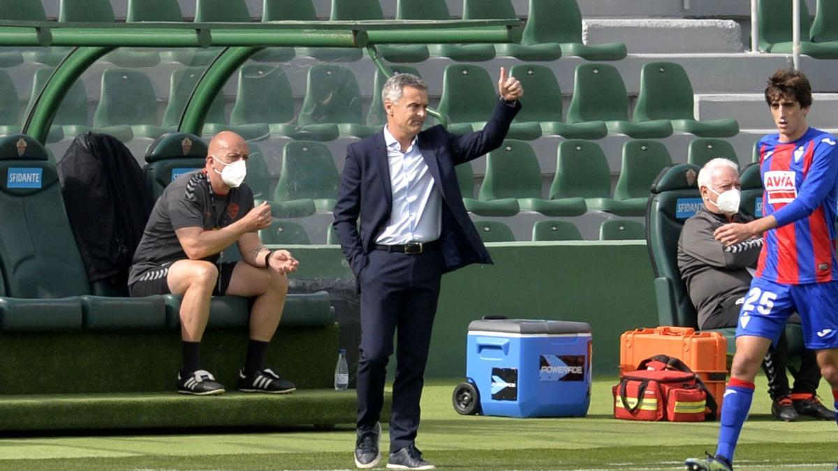 Fran Escribá, con el pulgar hacia arriba, durante el partido del sábado frente al Eibar