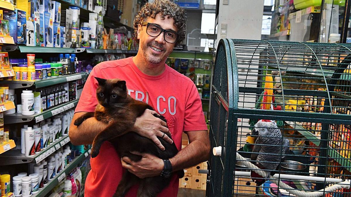 Jorge González en su tienda de animales, Mascotak.    // VÍCTOR ECHAVE