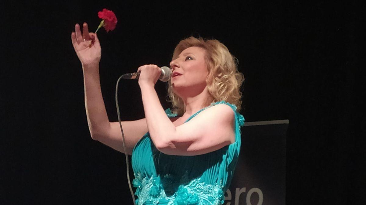 La artista extremeña, Pilar Boyero, durante una actuación en un municipio de la región.