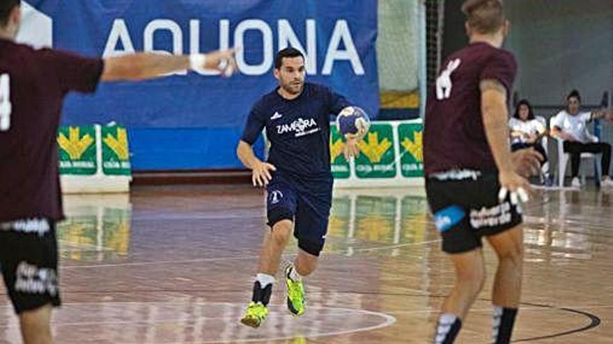 Octavio sube el balón en presencia de la defensa rival.