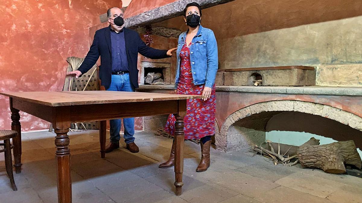 El concejal de Cultura, Juan Martel, con la consejera insular Minerva Alonso, en la Casa Condal, ayer. | | LP/DLP