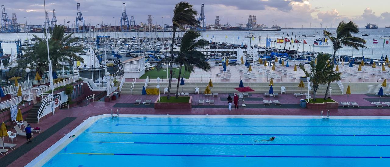 Zona de piscina y solarium del Club Náutico de Gran Canaria.