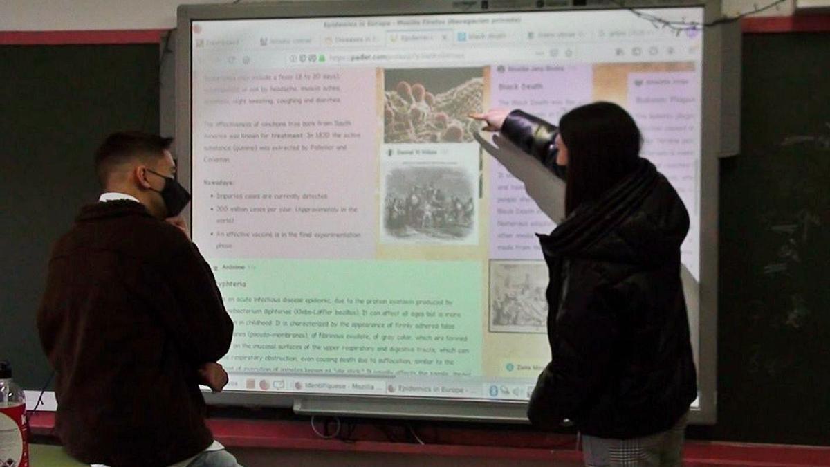 Alumnos de Juan Colao en el instituto David Buján, ante un 'padlet'.   | // LA OPINIÓN