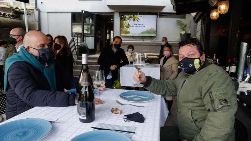 """""""Menos mal"""", celebran los hosteleros avilesinos en el primer domingo sin cerco"""
