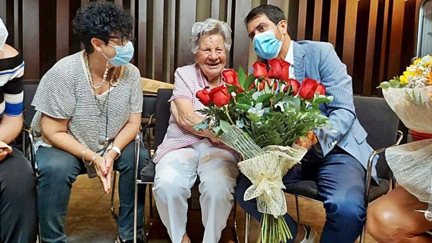 La igualadina Enriqueta Cisquella i Farriol celebra cent anys  i rep una felicitació en nom del consitori igualadí