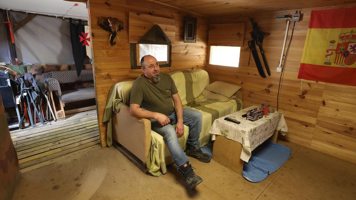 Capapé, en el bungalow que se ha adecentado él mismo en el cámping de Zaragoza.