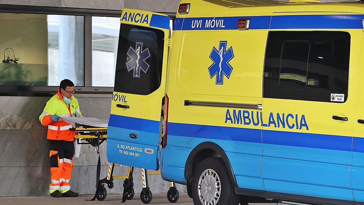 Un sanitario ante una ambulancia en el Álvaro Cunqueiro.